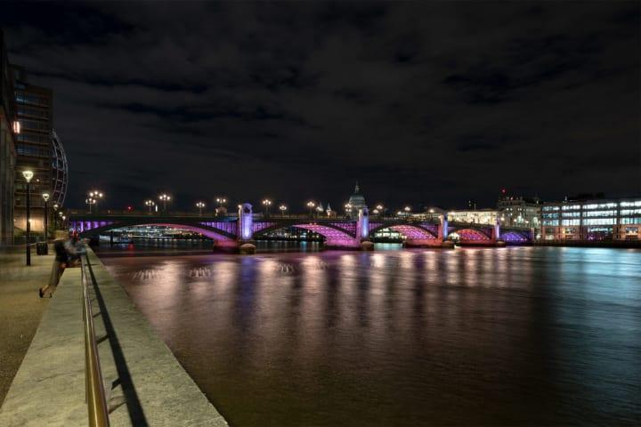 テムズ川に長期間にわたるパブリックアートが登場 15本の橋をイルミネーションで彩る「Illuminated River」