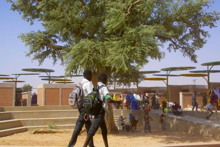 ニジェール共和国の新しい常設市場プロジェクト日よけはリサイクルした金属でカラフルに