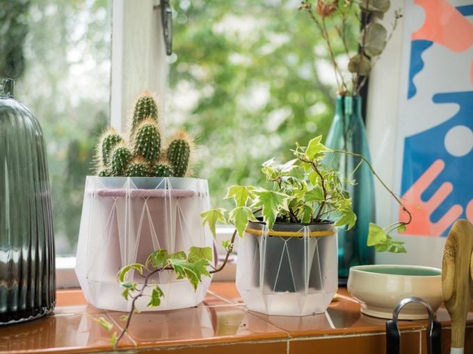 100%リサイクル素材でできたシンプルな植木鉢 コットン製の紐が水やりしてくれる「POTR」