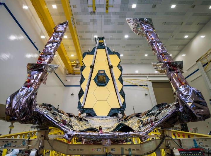 NASAなどが開発する「ジェイムズ・ウェッブ宇宙望遠鏡」 初めて宇宙船への装着が完了
