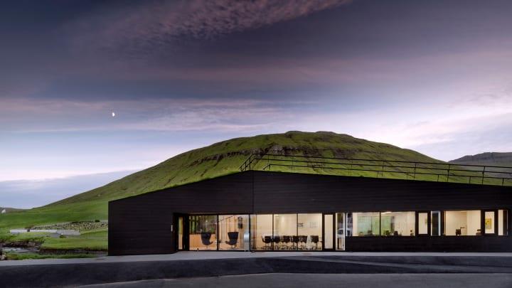 Henning Larsenがフェロー諸島で手がけた「Eystur Town Hall」 橋としても機能する周囲の緑に溶け込んだ役所