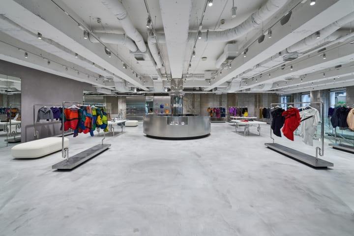 イッセイ ミヤケすべてのブランドが一堂に。大阪、南船場に ISSEY MIYAKE SEMBA オープン。
