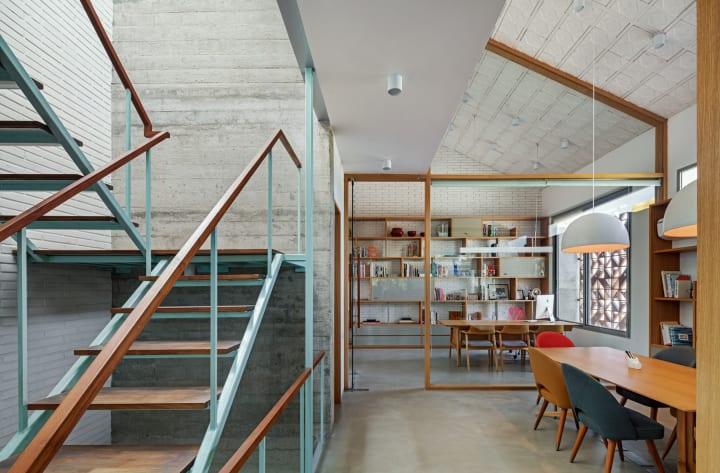 バンガロールにあるKhosla Associatesとtsk Design 光や開放性があふれる効率的な共同スタジオを建設