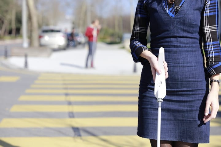 さまざまな機能をアップデートできる 視覚障害者のためのスマート白杖「WeWALK」が登場