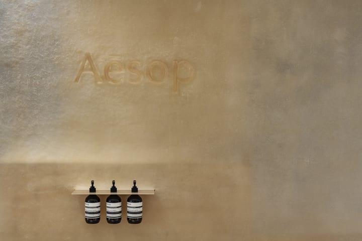 スキーマ建築計画によるイソップ ルクア イーレ店 アンバーボトルが美しく見えるように店内をベージュで統一