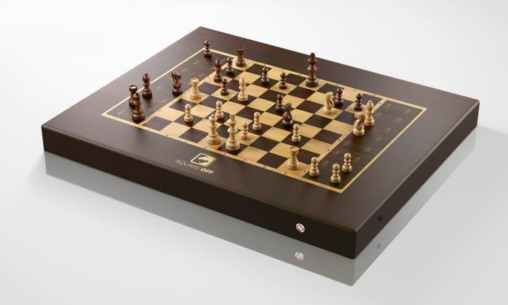 アプリで操作すれば駒が勝手に動く!? 世界でもっともスマートなチェスボード「Square Off」