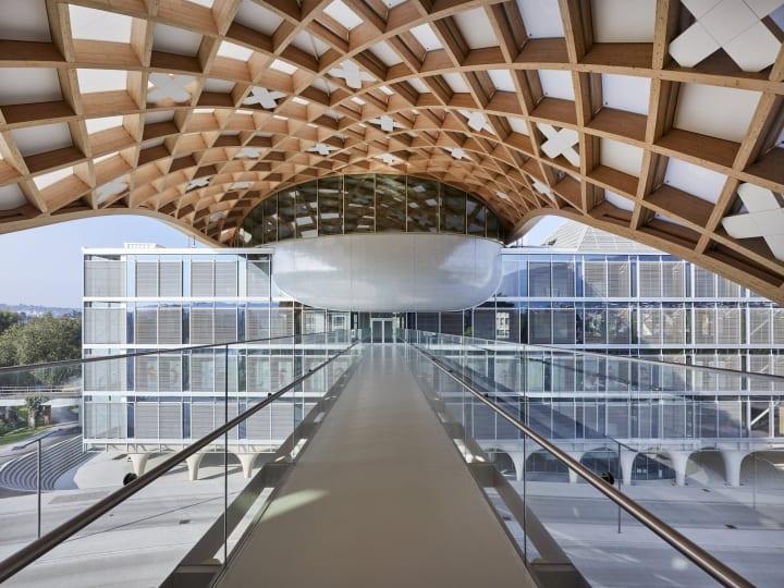 「SWATCH」の新しい本社ビルがスイスに完成 坂茂が設計を担当した世界最大級の木造建築