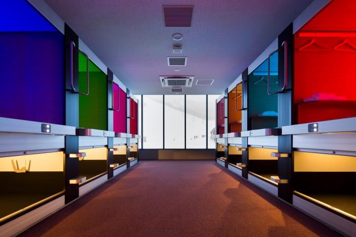 黒川紀章から柴田文江、さらにその先へ。カプセルホテルの進化を支えるコトブキシーティング