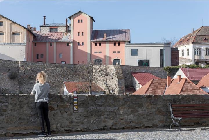 チェコ南部に完成したワインバー「House of Wine」 1970年代に改装された19世紀の醸造所を一新