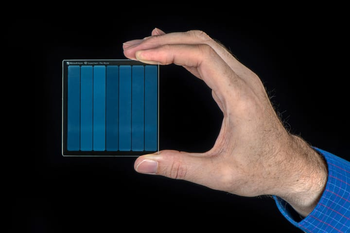 マイクロソフトが映画作品「スーパーマン」の全編を 石英ガラスへのデータ保存に成功