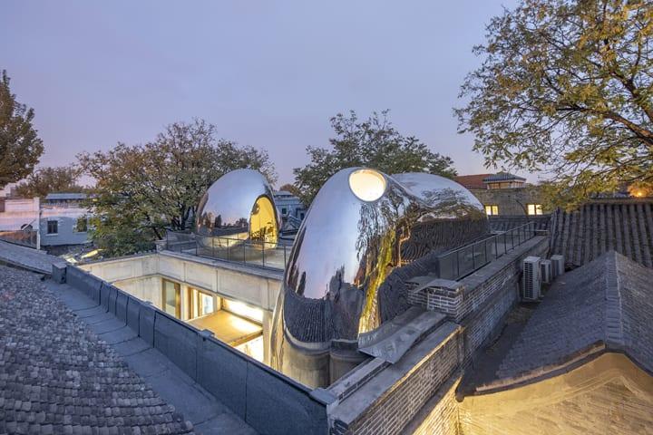 MAD Architectsによる北京の旧市街活性化プロジェクト 金属製の球体が特徴的な「Hutong Bubble 218」が完成