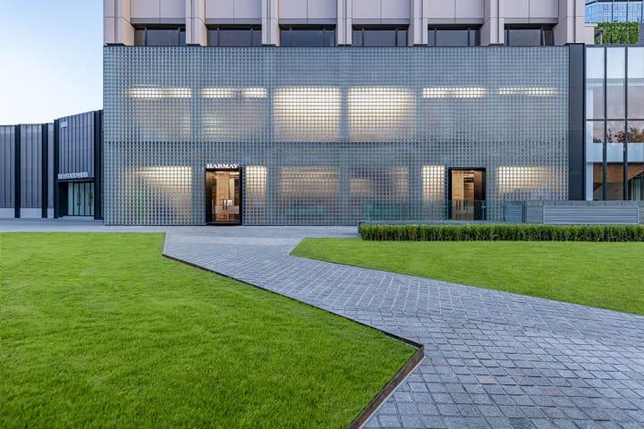 インダストリアルな雰囲気とガラスブロックに映る影が美しい AIM Architectureが手がけた「HARMAY」の北京…