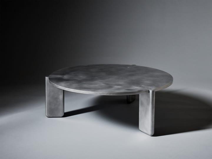 デザインスタジオ PELLEによる「DVN Table」 日本の大工の建具技術をヒントにしたアルミ製ローテーブル