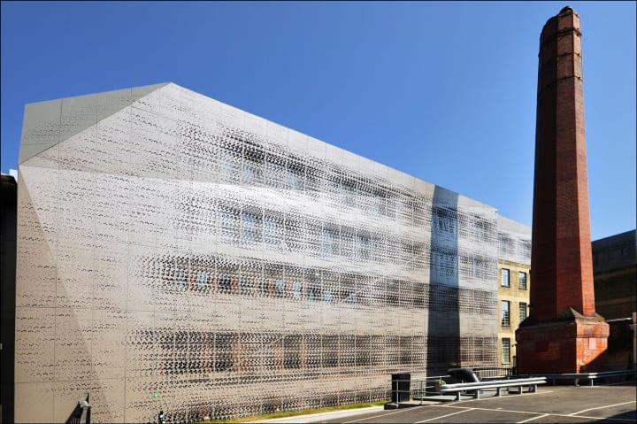 イギリス指定建造物の「タウン ホール ホテル」 アルミニウムのヴェールで覆い、現代的なデザインに
