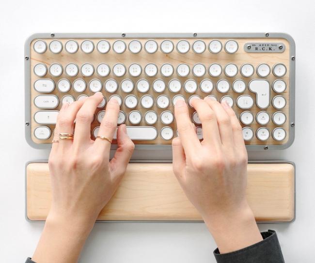 ウッド仕様でレトロデザインのキーボード 「AZIO Retro Classic」から日本語配列版が登場