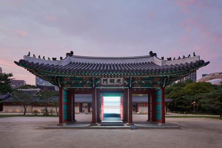 デザインユニット「Space Popular」のインスタレーション 「Gate of Bright Lights」がソウル・徳寿宮に登場