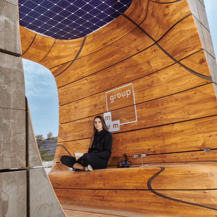 ブダペストに拠点を置くHello Wood Studioがデザイン 2種類の教育機関向け屋外スマートファニチャー
