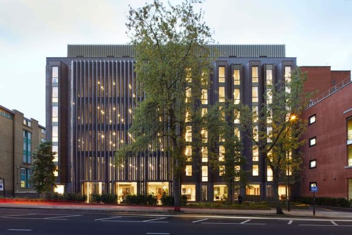 英dMFKが1980年代のオフィスビルを改築 レンガ格子のファサードで建物を明るい印象に