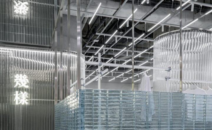 婦人服ブランド「GEIJOENG」のコンセプトストア Studio10による光の透過や反射を活用した内装デザイン