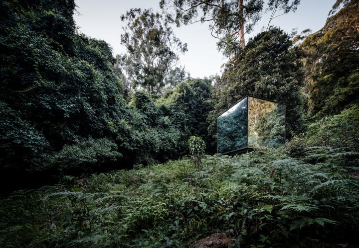 キャビンから離れた鏡のバスルームでキャンプ体験 豪カンガルー・バレーの「Kangaroo Valley Outhouse」