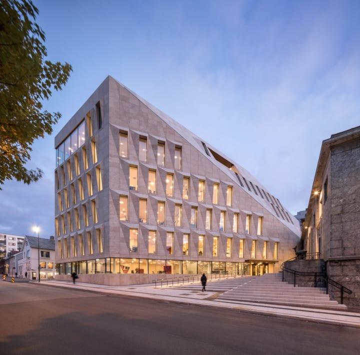 ノルウェー・ボードーに完成した新市庁舎 保存価値のある2棟の横にモダンな新棟を建設