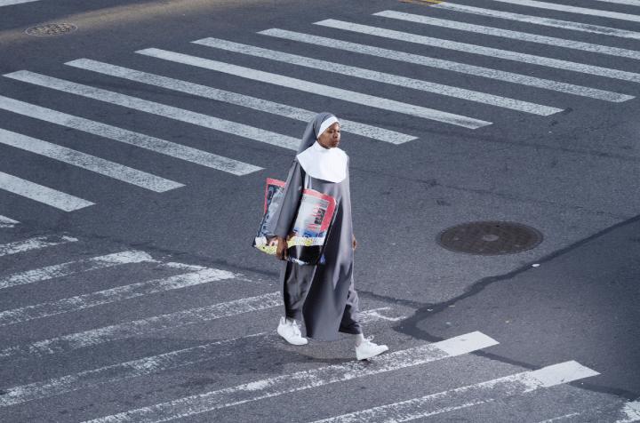 八木沢俊樹が手がけるバッグブランド TOSHIKI NYを拠点とするアート・コレクティブ DISとコラボ展を開催