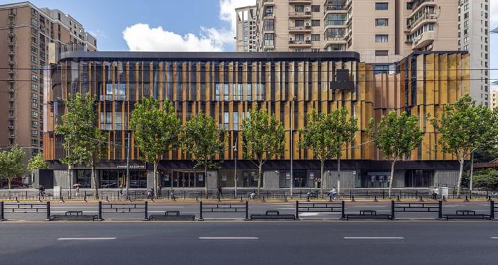 通り過ぎるときに建物の表情が変わる 「NEXXUS SHANGHAI」のジグザグのファサード