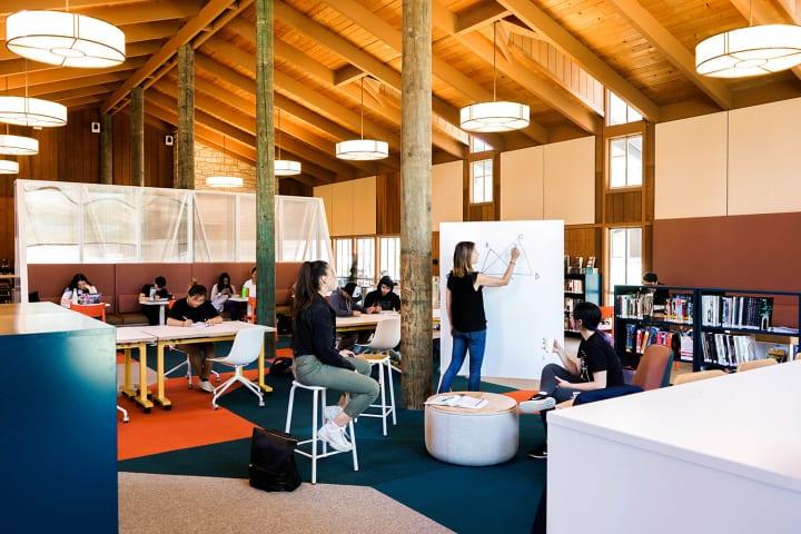 インターネットしか知らない世代の生徒のための オープンな学校図書室をStudio O+Aがデザイン