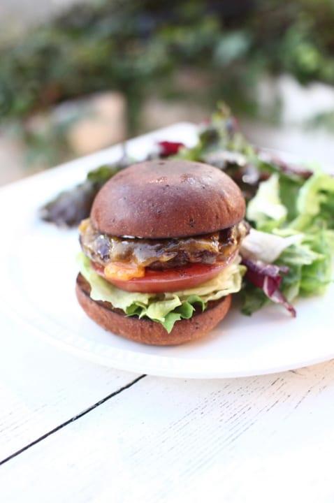 ベースフードの完全栄養パンを使ったハンバーガー 「BASE BURGER」が期間限定で発売