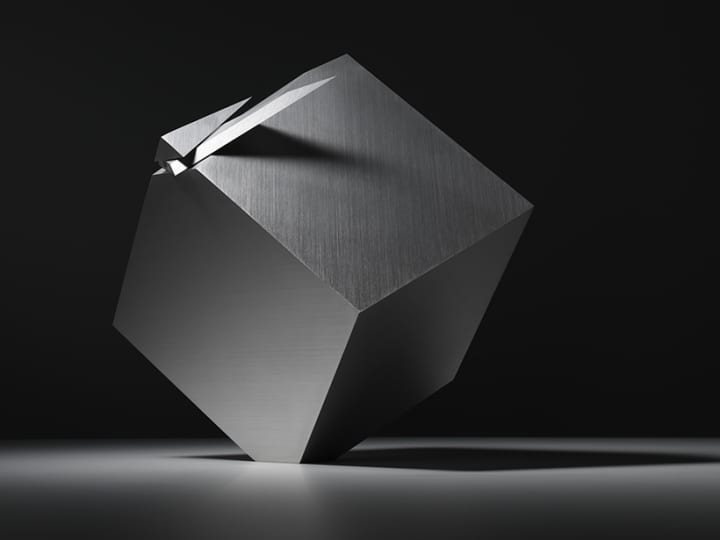 nendoが手がけた置時計「cubic clock」 キューブのカドを斜めにスライスした針が時を刻む