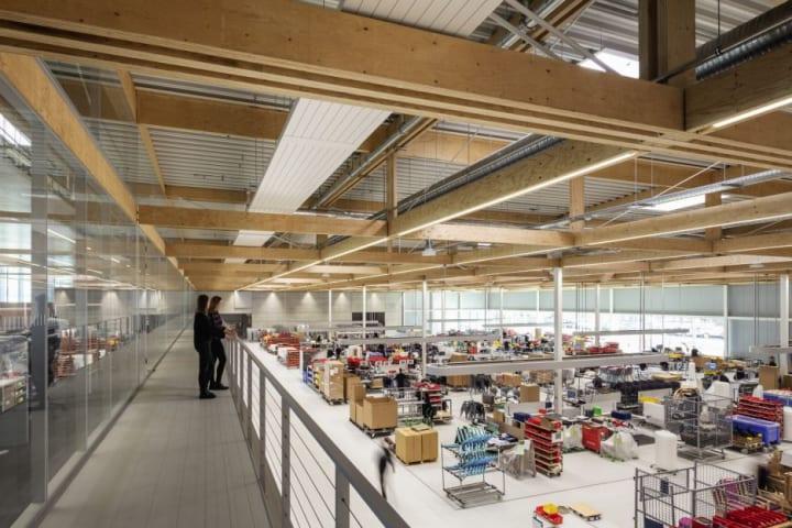 ドイツの家具メーカー Brunnerが製造工場を拡張 「製造ショーケース」となるオープンな設計