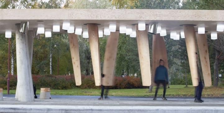 極寒の地でも心地よくバスが待てる 木製ポッドの実験的なバス停「station of being」