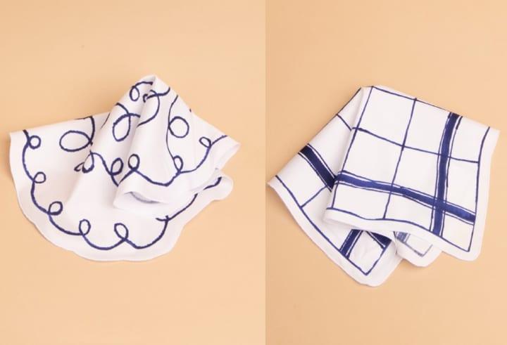 スウェーデン陶芸作家 マリアンヌ・ハルバーグの陶板作品 「テーブルクロス」、「くるくる」がハンカチに