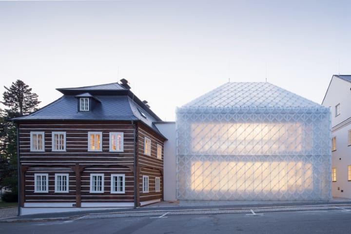 チェコのガラスブランド Lasvitの新本社 地元のスレート屋根にヒントを得たガラスタイルを採用