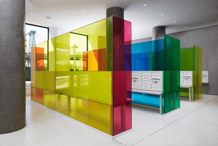 スペクトルで人の感覚を活性化し感情を刺激する Robert Swainのインスタレーション「Color Sensation Cube」