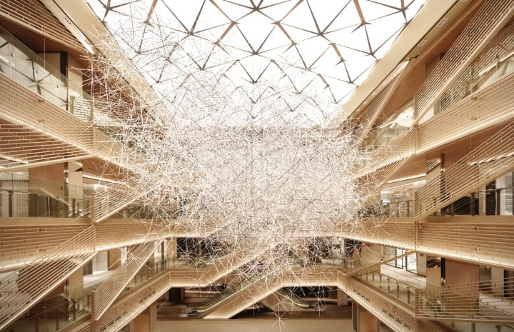 吉岡徳仁による巨大な光の彫刻 「Prismatic Cloud」がGINZA SIXに登場