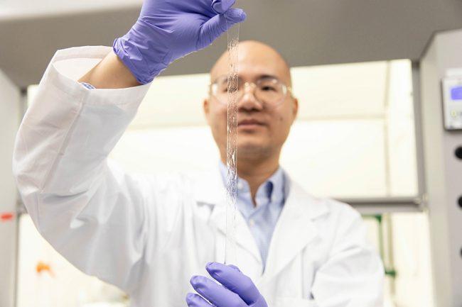 人間の皮膚の感覚が認識できる!? 透明な超伸縮性センサーをトロント大学が開発