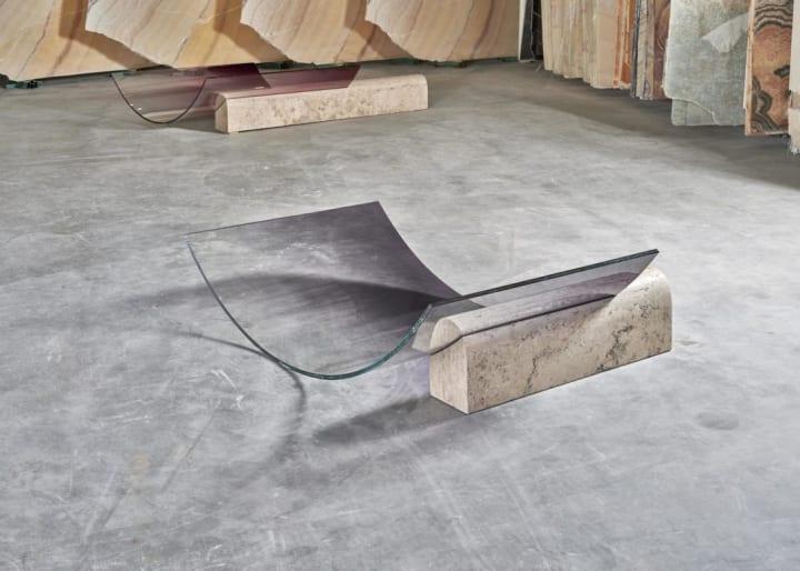 ミース・ファン・デル・ローエの建築と呼応する Sabine Marcelisがデザインしたガラスのデッキチェア