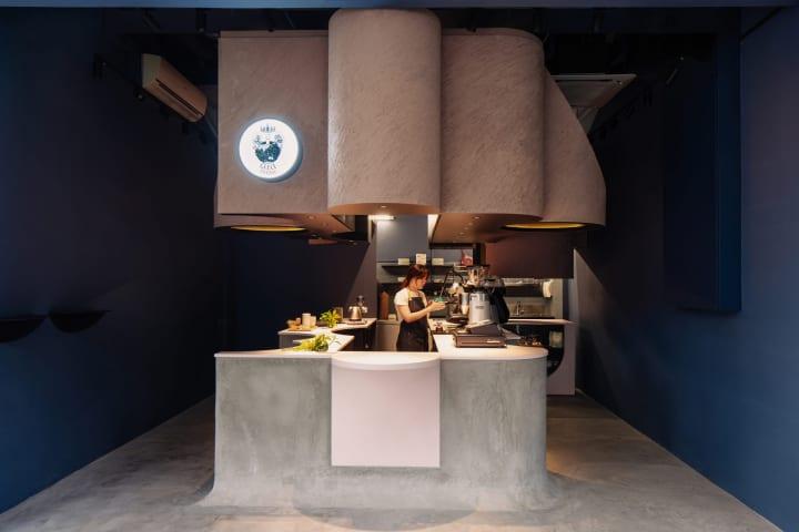 シンガポールに完成した「Voids Cafe」 カウンターにあるくぼみでコーヒーがより楽しく
