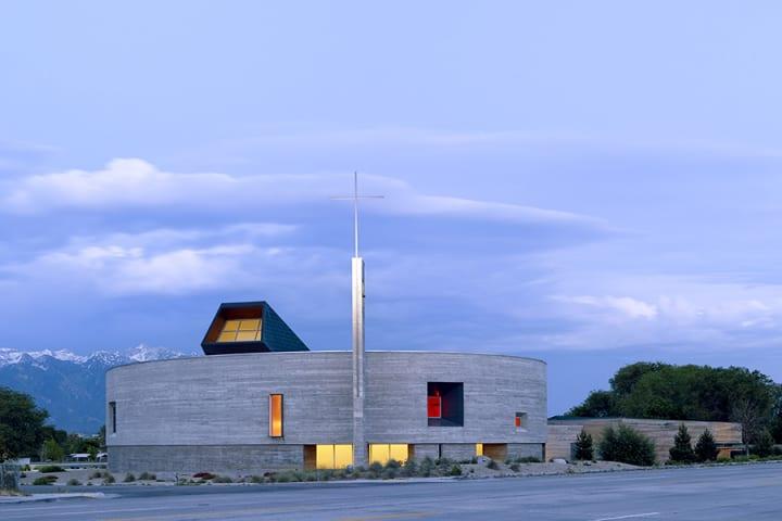 1960年代にできた教会を現代的に改修 「Saint Joseph the Worker Catholic Church」