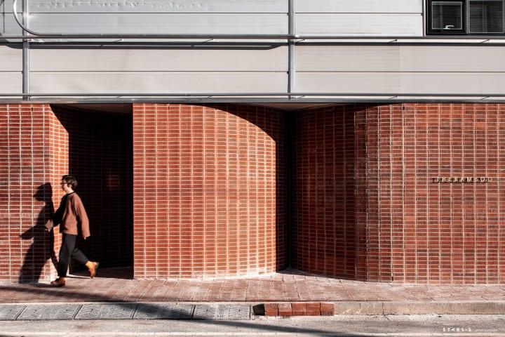 韓国のデザインスタジオ Starsisによる 赤レンガ造りの社屋リノベーションプロジェクト