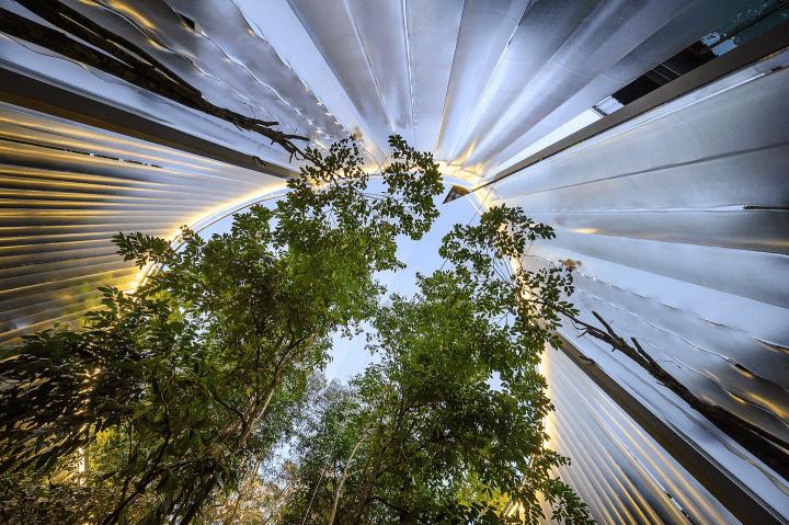 タイの建築家ユニットSher Makerによるカフェのリノベーション プラスチックカーテンでインタラクティブな…
