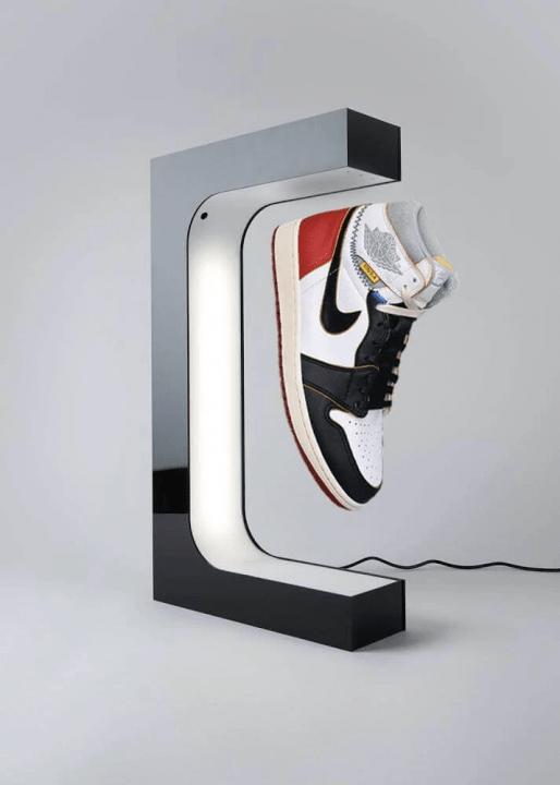 スニーカーが空中に浮遊し回転!? スニーカー専用ディスプレイ 「Original Levitation Display」