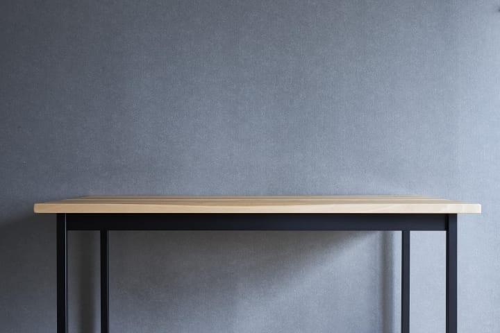建築家・小堀哲夫がデザインしたワークデスクが登場 「飛騨の匠」と「関の刀鍛冶」の技術を融合