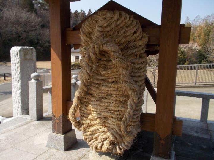 鎌倉大仏の「履物」が3年に1度の新調 片足90㎝×180㎝・重さ約45㎏の「大わらじ」が奉納