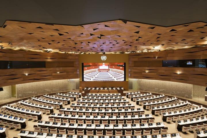 建築事務所Peia Associatiによる立体的な壁面が特徴の 国際連合ジュネーヴ事務局の新会議場
