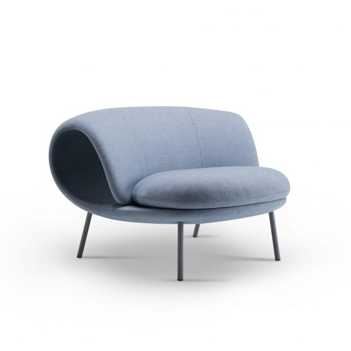 プロダクトデザイナー 倉本仁がOffecctのためにデザイン 背もたれがロールしたソファー「Maki」が登場