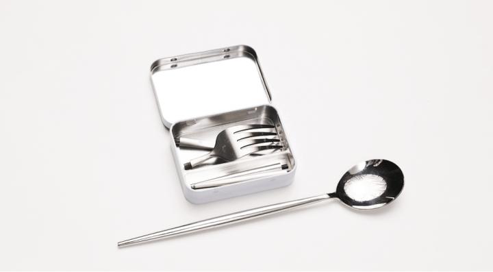 カードサイズの食器セット「Outlery」登場 キャンプで使いたくなるエコなカトラリー