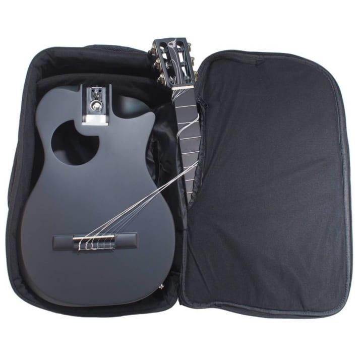 カーボンファイバー製の折りたたみ式トラベルギター「OC660M」 フルサイズなのにバックパックに収納が可能