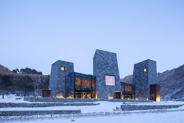 B.L.U.E.建築設計事務所が中国の渓谷につくり上げた 「Forest Valley Hot spring Center」